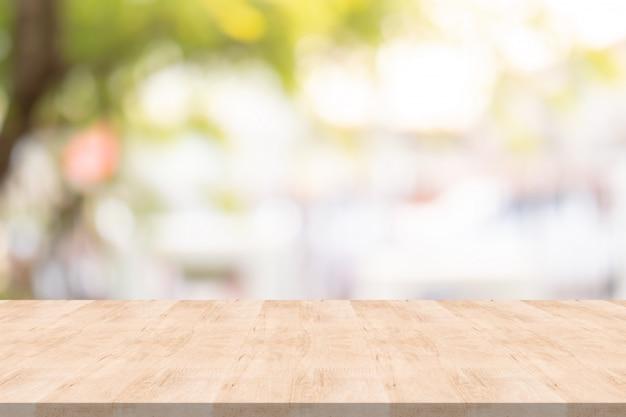 Tampo da mesa de madeira no fundo desfocado no jardim Foto Premium