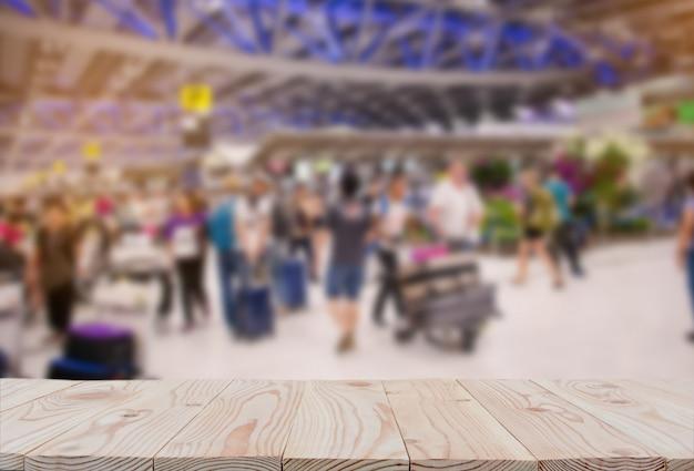 Tampo da mesa vazio da placa de madeira sobre do fundo borrado do aeroporto do terminal de passageiro. Foto Premium