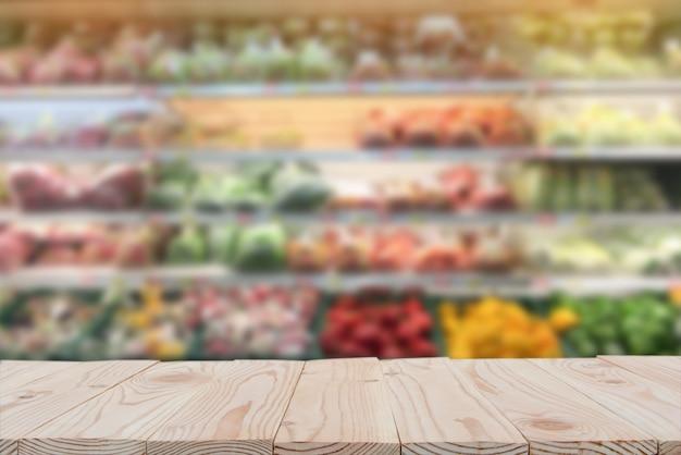 Tampo da mesa vazio da placa de madeira sobre do fundo borrado do supermercado. copie o espaço Foto Premium