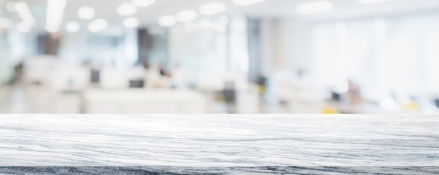 Tampo de mesa de pedra mármore branco vazio na turva Foto Premium