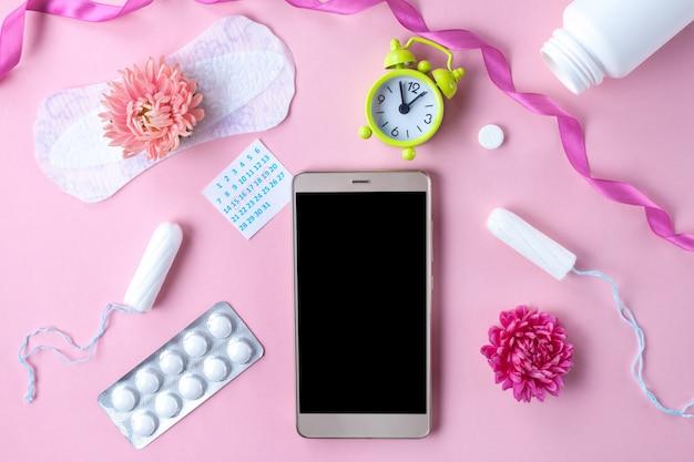 Tampões, absorventes femininos e sanitários para dias críticos, calendário feminino. cuidados de higiene durante a menstruação. acompanhamento do ciclo menstrual e ovulação. Foto Premium