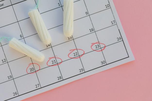 Tampões no calendário Foto gratuita