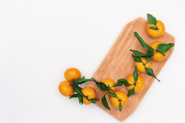 Tangerina de frutas cítricas frescas ou mandarim em fundo branco, com espaço de cópia Foto Premium