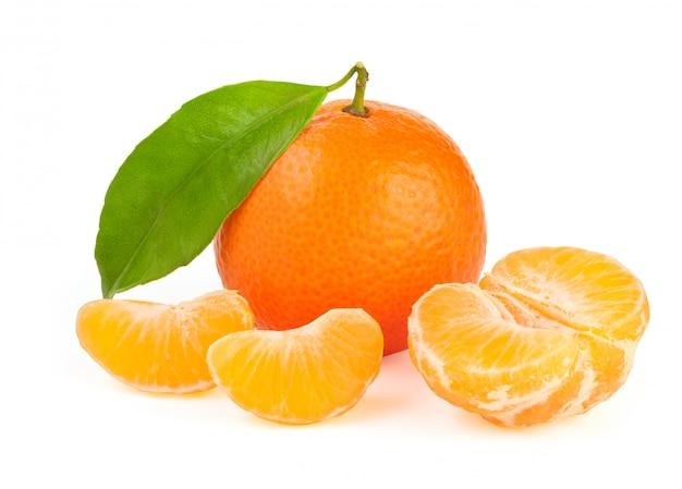 Tangerina laranja com folha isolada Foto Premium