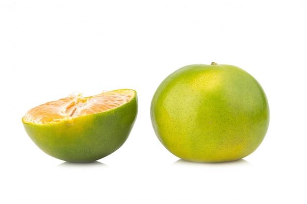 Tangerina. laranja doce. no fundo branco Foto Premium