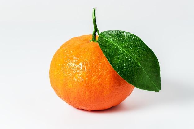 Tangerina ou clementina com folha verde isolada na superfície branca Foto Premium
