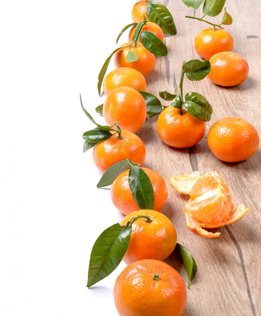 Tangerinas frescas na madeira isolado no branco Foto Premium