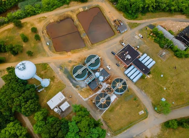 Tanques de água no processamento de tratamento de águas residuais após a instalação em sistemas Foto Premium