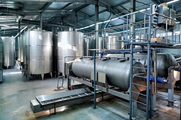 Tanques de armazenamento de vinho de metal em uma vinícola Foto gratuita