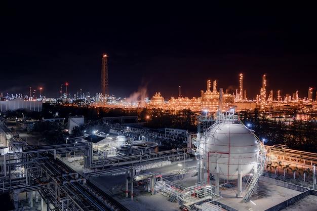 Tanques de esfera de armazenamento de gás e oleoduto na planta industrial de refinaria de petróleo e gás com propriedade de indústria de iluminação de brilho à noite Foto Premium
