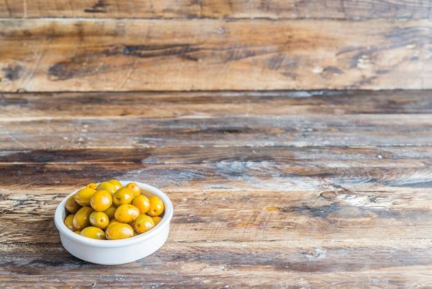 Tapa típico de azeitonas em espanha Foto Premium