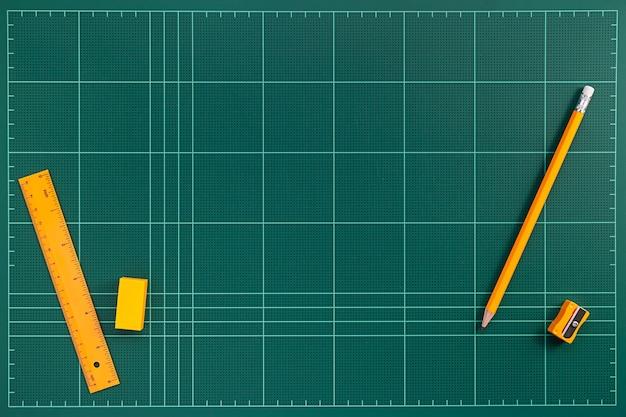 Tapete de corte verde e laranja papelaria plana leigos imagem Foto Premium