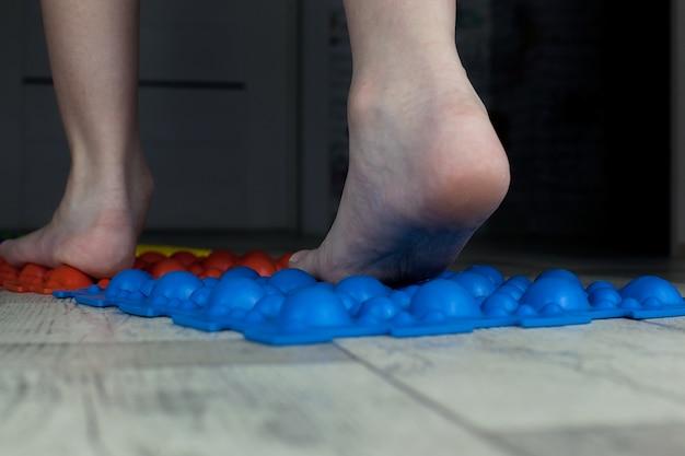 Tapete de massagem para pés, prevenção de pés chatos, dedos, ortopedia. Foto Premium