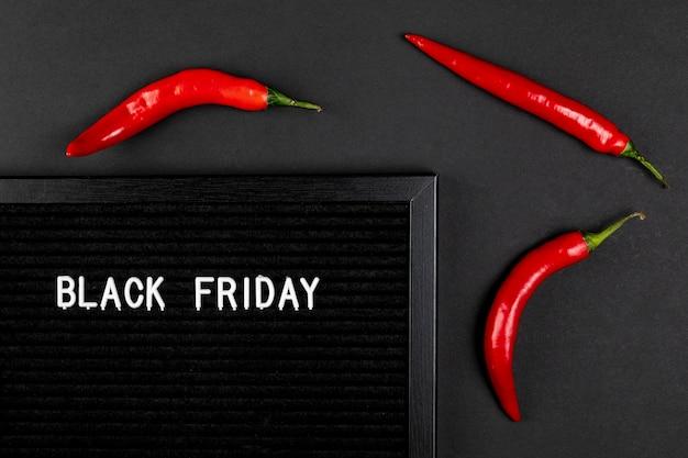 Tapete preto de sexta-feira com pimentas frias Foto gratuita