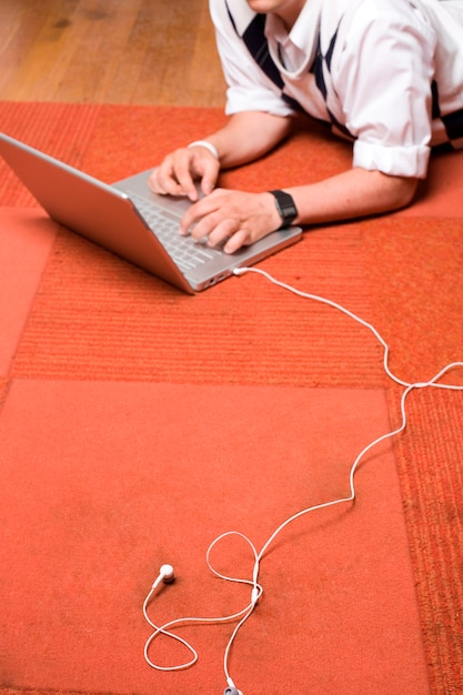 Tapete vermelho, laptop, fones de ouvido brancos Foto Premium