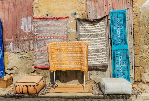 Tapetes marroquinos para a venda no mercado de pulga em c4marraquexe, marrocos. Foto Premium