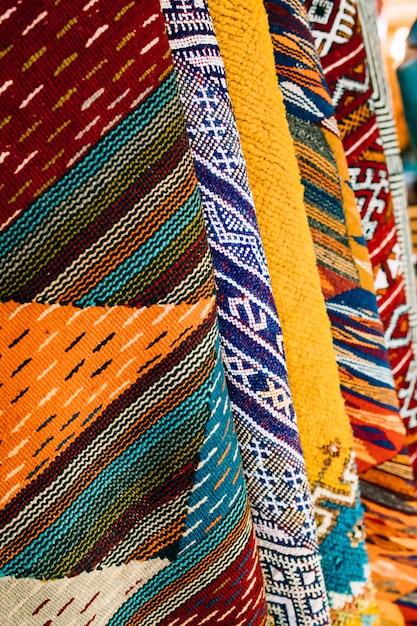 Tapetes no mercado em marrocos Foto gratuita