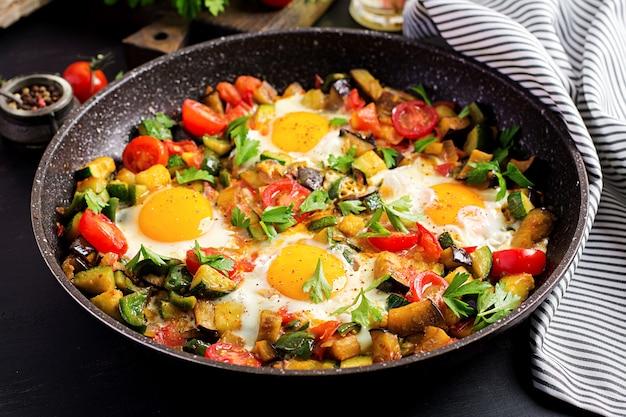 Tarde café da manhã - ovos fritos com legumes. shakshuka. cozinha árabe. comida kosher. Foto Premium