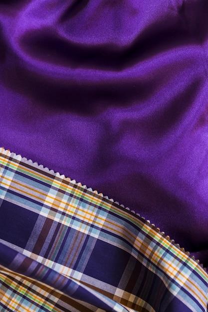 Tartan padrão têxtil no tecido roxo suave Foto gratuita