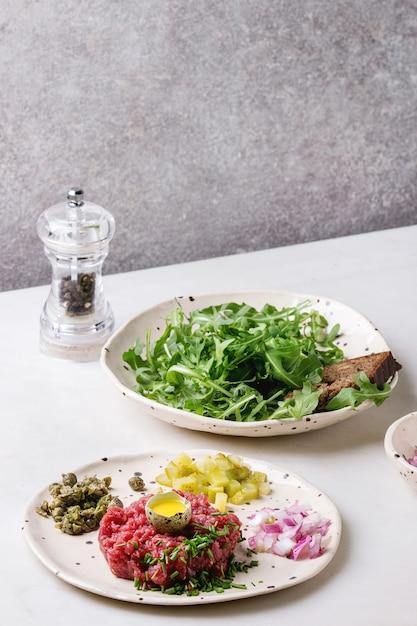 Tartare de carne com ovo de codorna Foto Premium