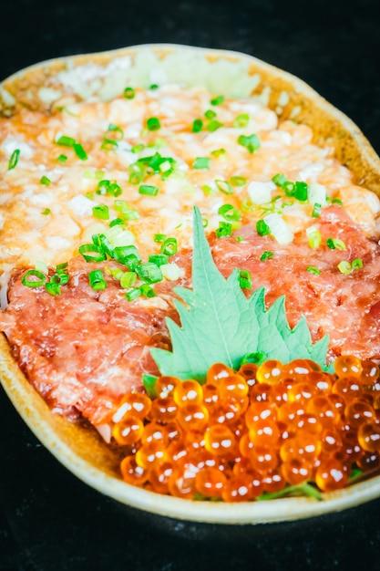 Tártaro de salmão e atum Foto gratuita