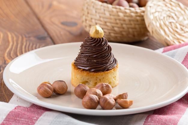 Tarte com creme de chocolate e noz dourada por cima Foto Premium