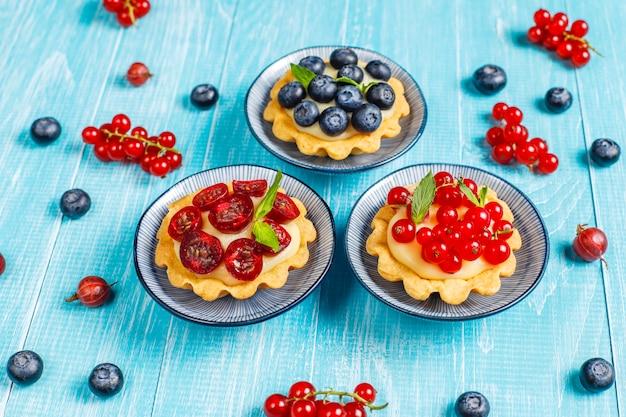 Tartles de baga rústico delicioso caseiro de verão. Foto gratuita