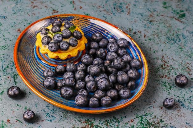Tartles de bagas caseiras deliciosas rústicas de verão. Foto gratuita