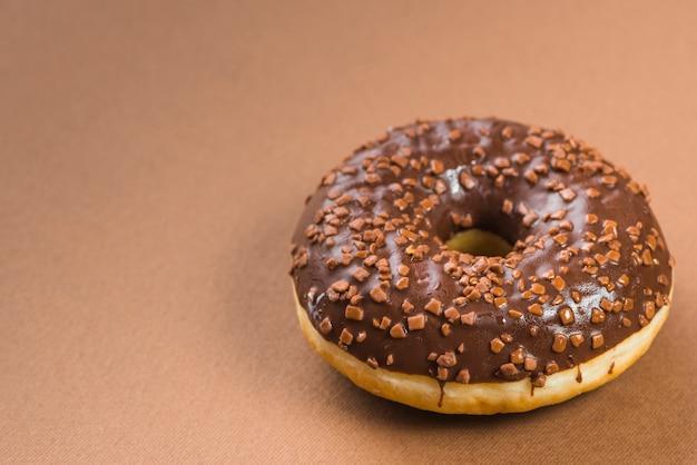 Tasty donut no topo de decoração de chocolate Foto gratuita