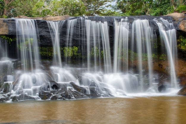 Tat ton waterfall, a bela cachoeira na floresta profunda durante a estação chuvosa no parque nacional tat ton Foto Premium