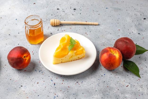 Tatin francês delicioso caseiro da torta da sobremesa com pêssegos. Foto gratuita
