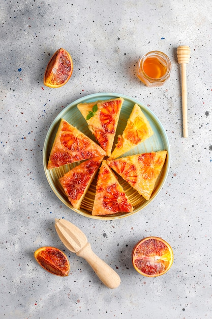 Tatin francês delicioso da galdéria da sobremesa com laranja pigmentada. Foto gratuita