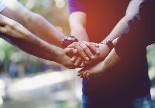 Teamwork e unity teamwork, handshaking na equipe team concept Foto Premium