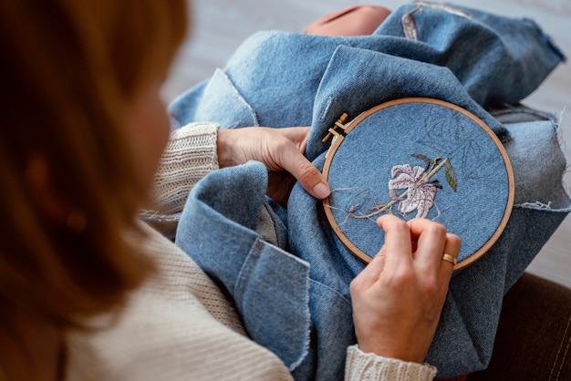 Tecido de close-up e processo de costura Foto gratuita