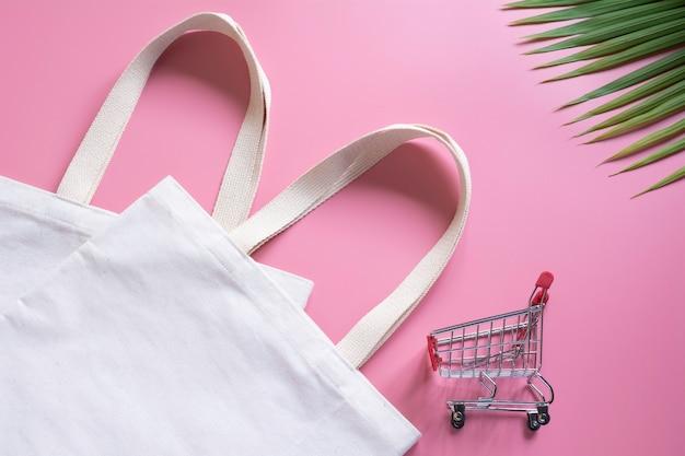 Tecido de lona de sacola branca e carrinho de desbastamento Foto Premium