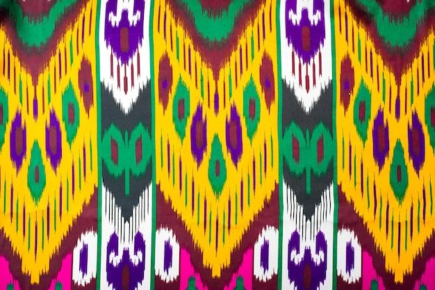 Tecido tradicional uzbeque tradicional, o khan atlas é feito de casulos uzbeques de bicho da seda Foto Premium