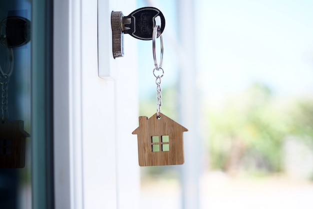 Tecla home para desbloquear a nova porta da casa. Foto Premium
