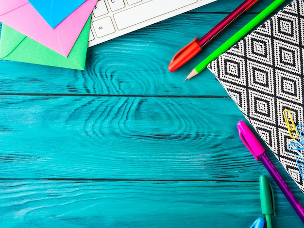 Teclado colorido das ferramentas da escrita da escola dos artigos de papelaria Foto Premium