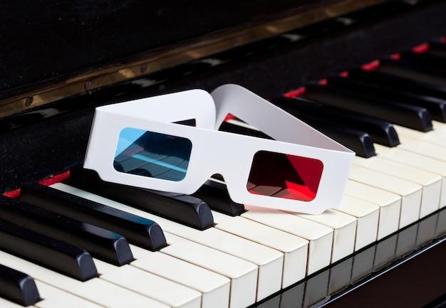 Teclado de piano com óculos 3d Foto Premium
