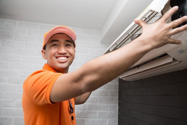 Técnico de ar condicionado Foto Premium