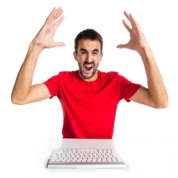 Técnico de informática frustrado, trabalhando com seu teclado Foto Premium