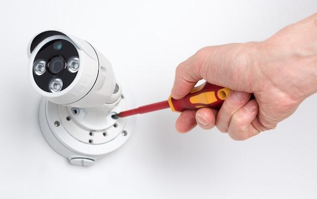 Técnico de instalação de segurança de vídeo da câmera de cftv Foto Premium