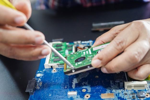 Técnico de reparação dentro do computador do disco rígido. Foto Premium