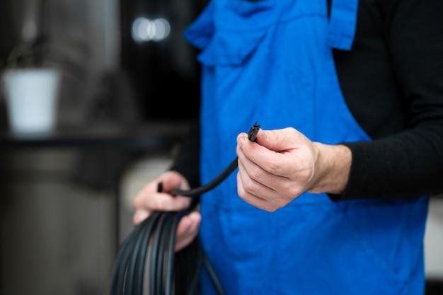 Técnico de reparação e instalação de janela profissional segurando uma junta de borracha para janelas de pvc na mão. Foto Premium