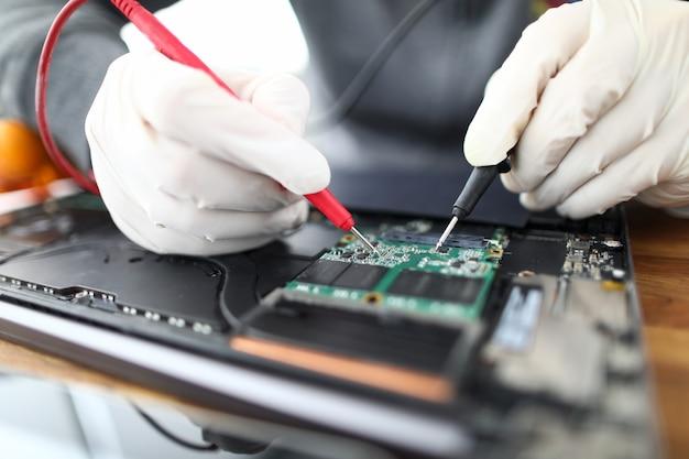 Técnico de soldagem de peças para laptop Foto Premium