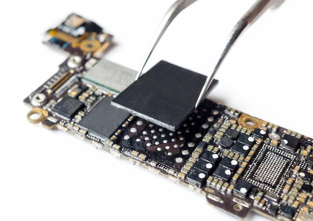 Técnico de substituição de armazenamento flash da placa-mãe do smartphone Foto Premium