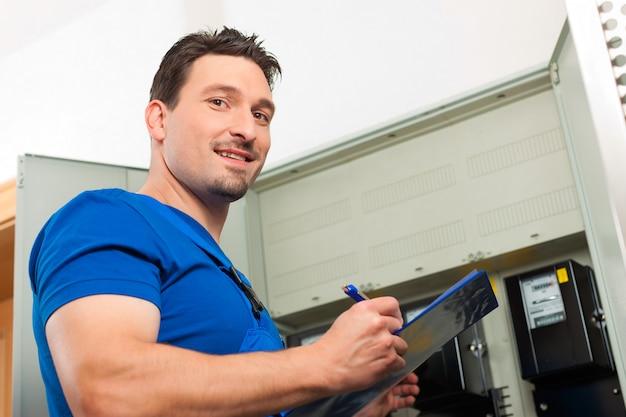 Técnico, leitura, a, medidor eletricidade Foto Premium