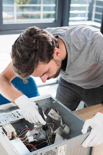 Técnico masculino, montagem, partes, em, computador, cpu Foto gratuita