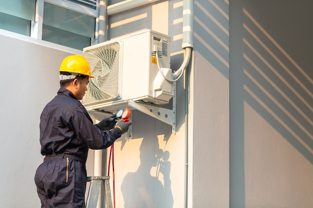 Técnico masculino, reparar, ar condicionado, segurança, uniforme Foto Premium