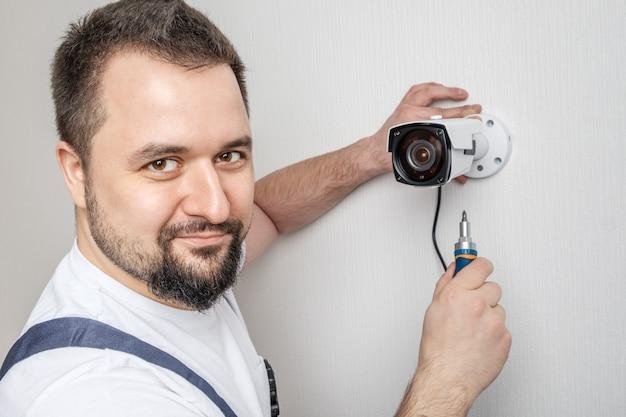 Técnico profissional de cftv trabalhando Foto Premium